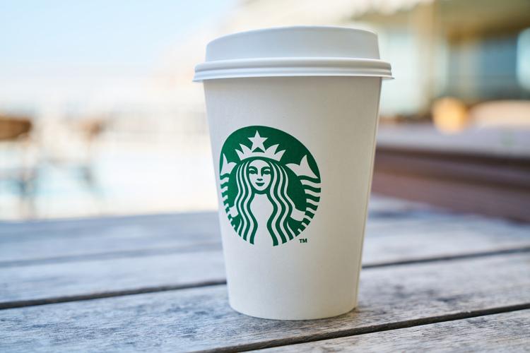 Copo da Starbucks com a marca estampada